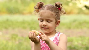 Маленькая девочка держа цыпленка