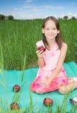 Маленькая девочка держа яблоко Стоковое фото RF