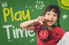 Маленькая девочка держит часы на playtime стоковое изображение rf