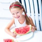 Маленькая девочка есть арбуз Стоковое Изображение