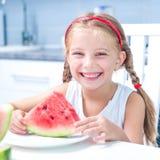 Маленькая девочка есть арбуз Стоковые Изображения