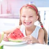 Маленькая девочка есть арбуз Стоковые Фото