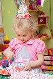 Маленькая девочка есть торт на вечеринке по случаю дня рождения Стоковые Фото