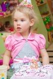 Маленькая девочка есть торт на вечеринке по случаю дня рождения Стоковое Изображение RF