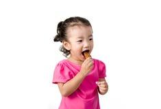 Маленькая девочка есть цыпленка Стоковое фото RF