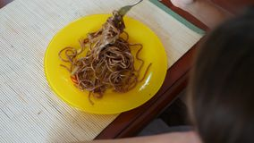 Маленькая девочка ест лапши гречихи с вилкой скрепя сердце Ребенок отказывает съесть 4 Стрельба замедления сток-видео