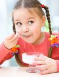 Маленькая девочка ест мороженое в салоне стоковая фотография rf