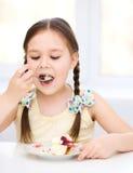 Маленькая девочка ест мороженое стоковые изображения rf