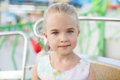 Маленькая девочка 5 лет белокурый усмехаться, лето, конец-вверх Стоковое Изображение RF