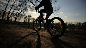 Маленькая девочка ехать велосипед 5 сток-видео
