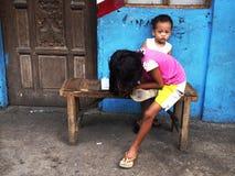 Маленькая девочка делает ее домашнюю работу от школы на стенде Стоковые Изображения