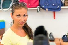 Маленькая девочка делает приобретение на магазине стоковое фото