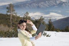 Маленькая девочка делает фото selfie с таблеткой в зиме Стоковое Изображение RF
