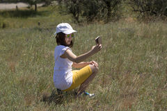 Маленькая девочка делает selfie Стоковое Изображение RF