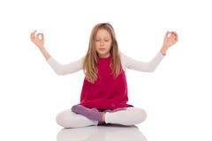 Маленькая девочка делая йогу Стоковые Фотографии RF