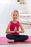 Маленькая девочка делая йогу стоковые изображения rf