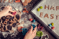 Маленькая девочка делая печенья пасхи Стоковые Изображения RF