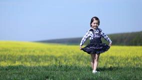 Маленькая девочка делая реверанс или обхватывая Стоковая Фотография RF