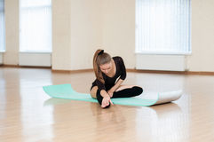 Маленькая девочка делая тренировки в танц-классе Стоковое фото RF
