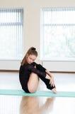 Маленькая девочка делая тренировки в танц-классе Стоковые Изображения RF
