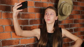 Маленькая девочка делая selfie сток-видео