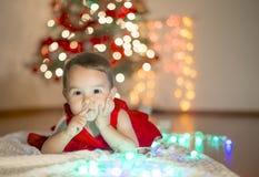 Маленькая девочка ждать Санта Клаус Стоковое Фото