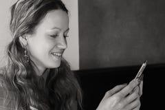 Маленькая девочка заваривает кофе стоковые фотографии rf