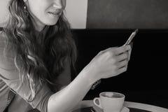 Маленькая девочка заваривает кофе стоковое изображение