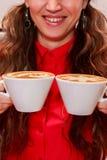 Маленькая девочка заваривает кофе стоковая фотография rf