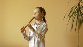 Маленькая девочка играет каннелюру видеоматериал