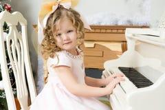 Маленькая девочка играет музыку на рояле стоковые фотографии rf