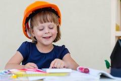 Маленькая девочка играя архитектора Стоковая Фотография