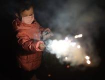 Маленькая девочка играя бенгальский огонь Стоковое Изображение