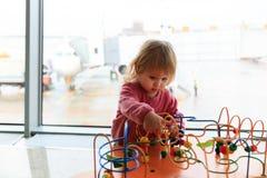 Маленькая девочка играя в авиапорте Стоковые Изображения RF