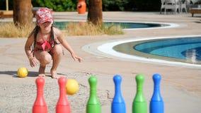 Маленькая девочка играя в боулинге детей сток-видео