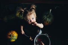 Маленькая девочка играя в ведьме Стоковые Изображения RF