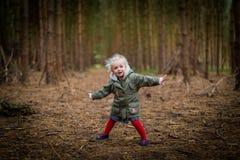Маленькая девочка играя в осени/падении древесин стоковые фотографии rf
