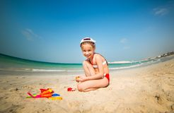 Маленькая девочка играя в песке Стоковое фото RF