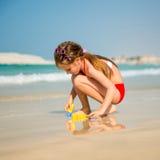 Маленькая девочка играя в песке Стоковое Фото