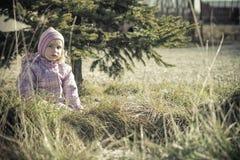 Маленькая девочка играя в природе Стоковые Изображения RF