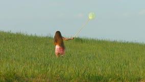 Маленькая девочка играя в траве сток-видео