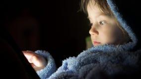 Маленькая девочка играя игры на таблетке акции видеоматериалы