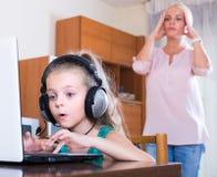 Маленькая девочка играя компютерную игру стоковые фотографии rf