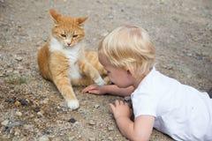 Маленькая девочка играя кота Стоковые Изображения
