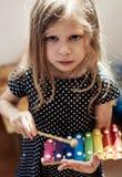 Маленькая девочка играя ксилофон Стоковое фото RF