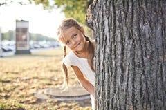 Маленькая девочка играя на парке Стоковая Фотография