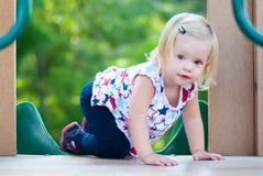 Маленькая девочка играя на парке Стоковые Фотографии RF