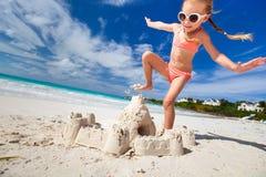 Маленькая девочка играя на пляже Стоковое фото RF