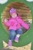 Маленькая девочка играя на спортивной площадке и смехе. Стоковое Изображение RF