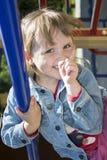 Маленькая девочка играя на спортивной площадке и смехе Стоковое Изображение RF